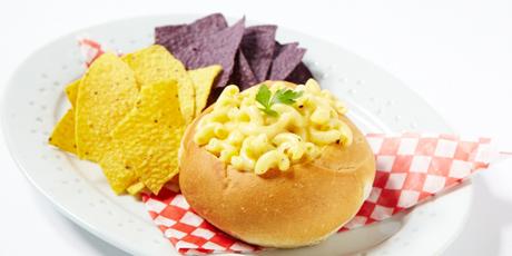 炒牛肉酱和Mac奶酪面包碗镑